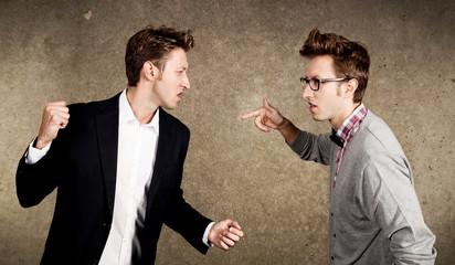 Zwei Männer streiten sich
