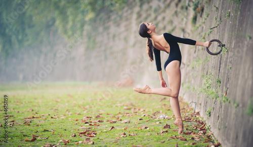 Young beautiful ballerina dancing in Tevere riverside in Rome. - 46151159