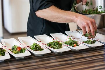 Koch garniert Salat