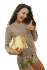Hübsche Frau mit Geschenk hält Daumen hoch