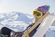 Jeune fille dans une chaise longue sur les pistes de ski - Alpes