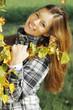 Hübsche dunkelhaarige Frau im Herbst