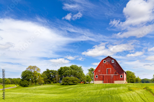 In de dag Cultuur Agriculture Landscape With Old Red Barn