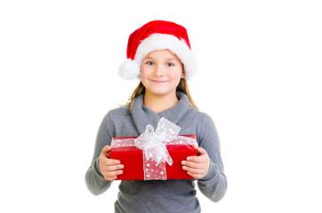 mädchen hält ein weihnachtsgeschenk
