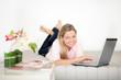glückliche Frau am Laptop