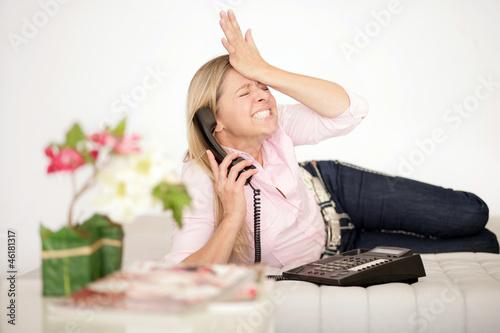 genervte Frau beim telefonieren