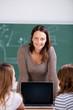 lehrerin mit laptop im unterricht