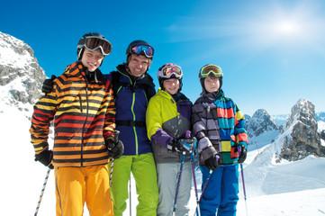Gruppe Skifahrer– Mann mit Teenagern