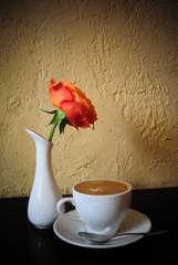 Натюрморт с розой и чашкой кофе