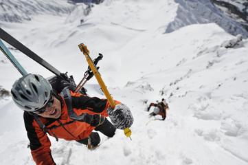 Bergsteiger im Winter bei einer Extremsituation