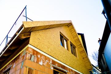 Baustelle mit Rohbau eines Wohnhauses
