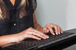 Frau mit Computertastatur