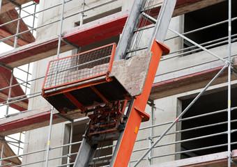 Materialaufzug auf einer Baustelle