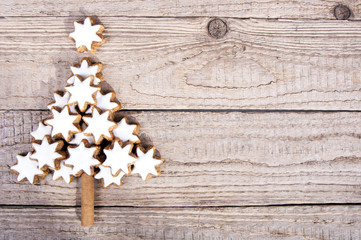 Weihnachtsbaum aus Zimtsternen auf Holz