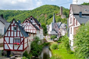 Eifeldorf Monreal mit Fachwerkhäusern