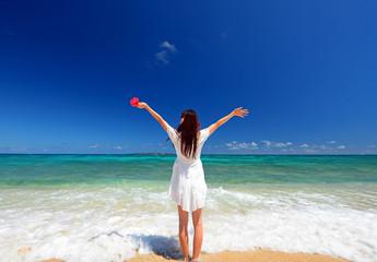 海辺で寛ぐ笑顔の女性