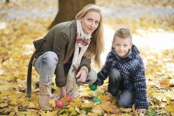Mutter mit Sohn im Park