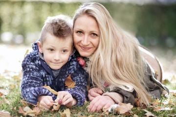 Glückliche Mama mit ihrem Sohn