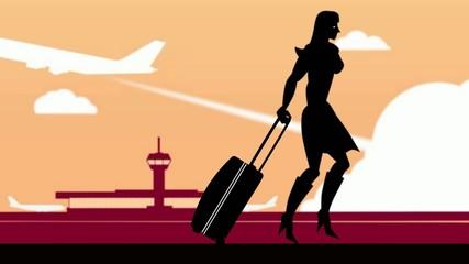 Frau mit Rollkoffer am Flughafen