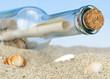 Flaschenpost am Meer