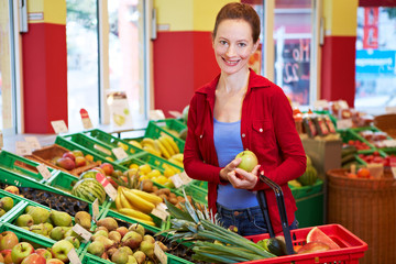 Lächelnde Frau kauft Obst