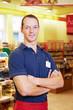 Supermarkt-Mitarbeiter mit verschränkten Armen