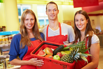 Supermarkt-Team mit Einkaufskorb