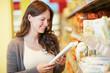 Frau im Supermarkt schaut auf Nudeln