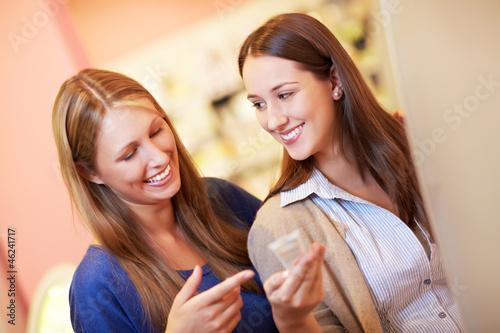 Zwei Freundinnen in Drogerie