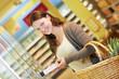 Frau im Supermarkt mit Tiefkühlkost