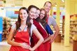 Supermarkt-Mitarbeiter in einer Reihe