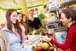 Frau bezahlt im Supermarkt