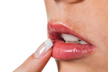 Finger an den Lippen einer Frau