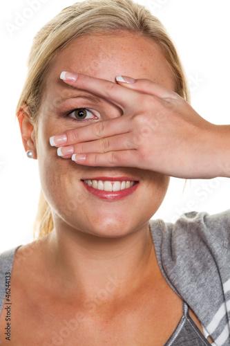 Frau blickt durch Hand