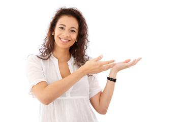 Attraktive junge Frau präsentiert