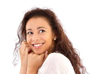 Natürliche junge Frau mit strahlendem Lächeln