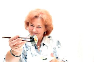 Rentnerin bietet Sushi an