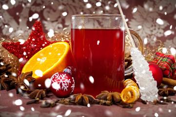 Weihnachtspunsch mit Schneeflocken