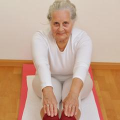 Gelenkige Seniorin