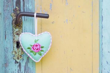 Ein Rosenherz an einer alten Türe