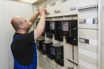 Elektriker am Schaltschrank