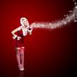 Weihnachtsfrau im roten Minikleid vor rotem Hintergrund