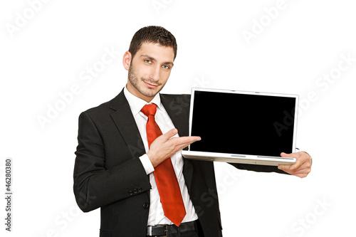 Junger Geschäftsmann hält Notebook