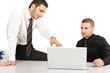 Zwei Arbeitskollegen besprechen etwas am Laptop