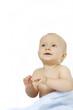 niemowlę patrzące w  górę