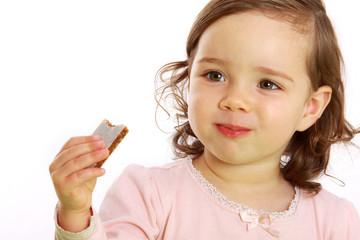 Ein Mädchen isst eine Fruchtschnitte