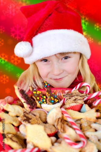 Kleiners Mädchen mit Weihnachtsgebäck