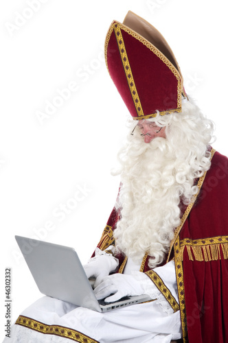 Sinterklaas using a laptop