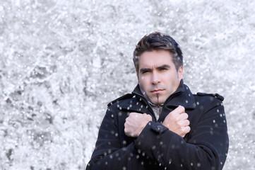 Mann steht im Schneegestöber