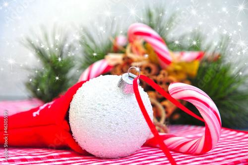Fotobehang Weiße Weihnachtskugel und Zuckerstangen